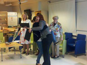 Saara ja Marjatta onnittelevat toisiaan yhteisestä kunniakirjasta